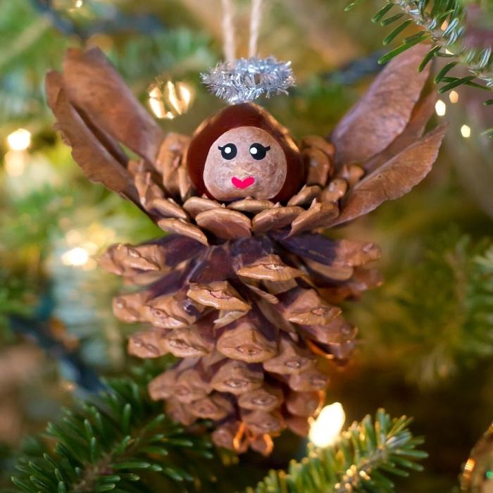 modèle d'ornement de sapin noel fait main, diy ornement de sapin en pomme de pin en forme ange avec couronne