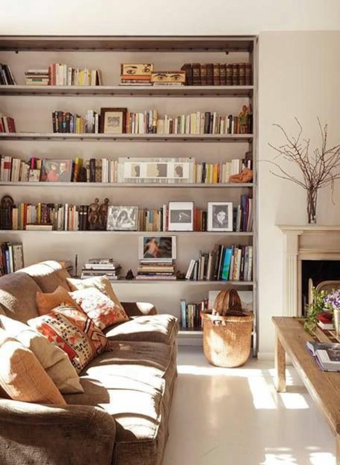 amenagement-salon-en-longueur-canape-marron-meuble-en-bois-clair-etagere-mural