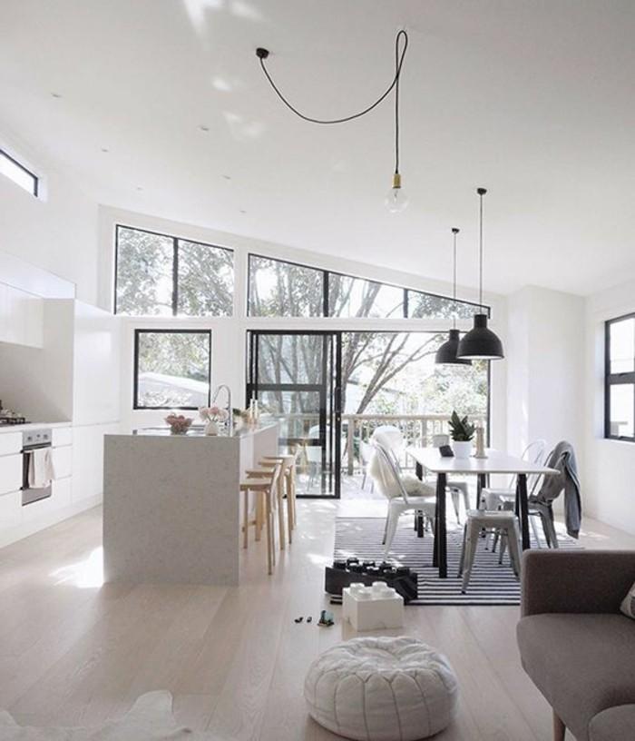 amenagement-salon-rectangulaire-sous-pente-cuisine-blanche-sol-en-parquet-clair-plafond-blanc-ilot-de-cuisine