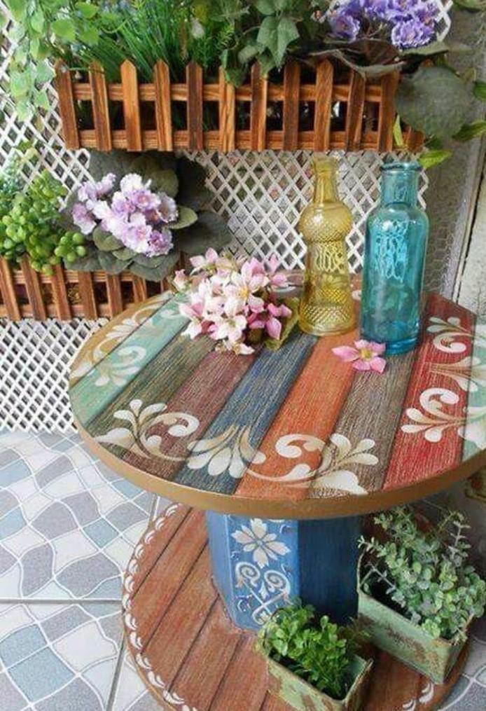 amenagement-jardin-interessant-touret-bois-transformee-en-table-basse-plateau-decore-rangement-pour-bac-a-fleurs-resized