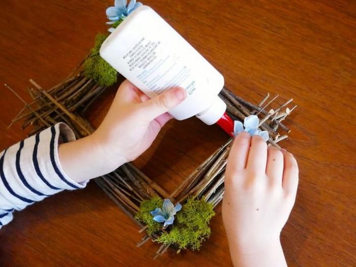 appliquez-et-coller-la-mousse-et-les-fleurs-decoratives-pour-finir-a-realiser-votre-idee-cadre-photo