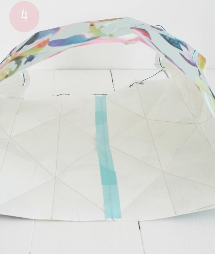 assembler-les-deux-extremites-du-papier-peint-pour-fabriquer-un-abat-jour