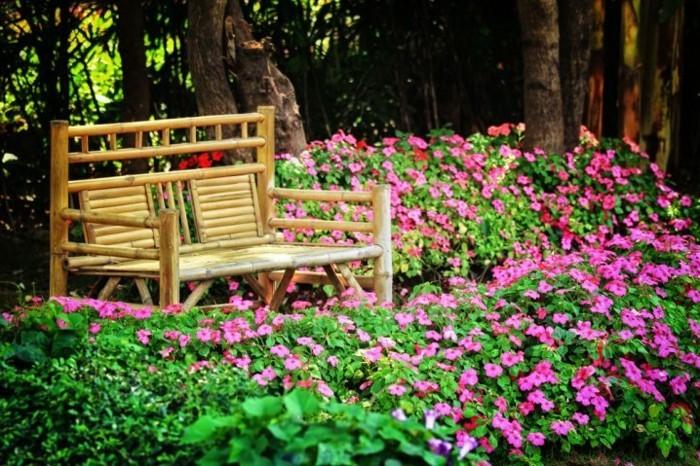 bambou-en-jardiniere-banc-ideale-pour-de-repos-en-plein-air-fleurs-violettes