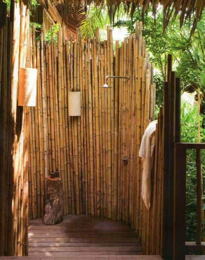 bambou-en-jardiniere-cabine-a-douche-exotique-serviette-propre-sol-en-bois