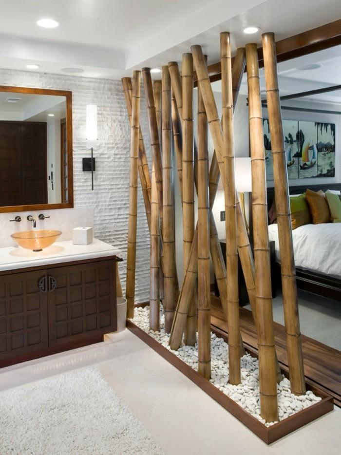 bambou-en-jardiniere-mur-entre-la-salle-de-bain-et-la-chambre-a-coucher-lavabo-meubles-en-bois