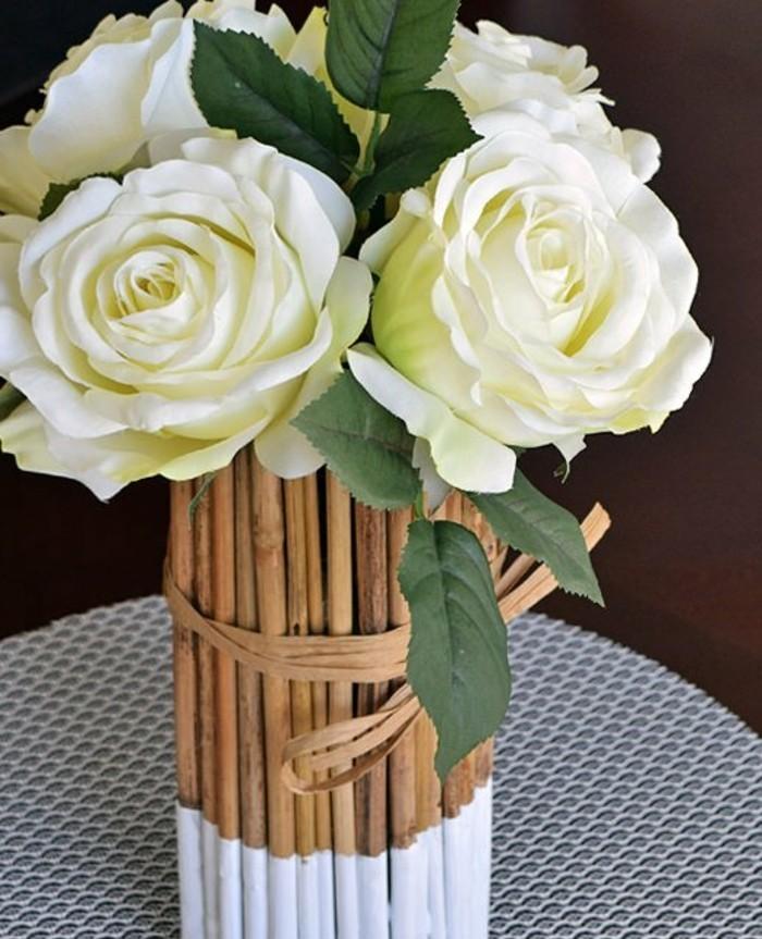 bambou-sec-vase-facile-a-faire-en-branches-de-bambous-roses-blanches