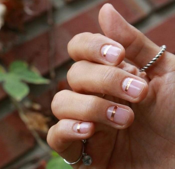 beaute-simple-vernis-ongle-deco-pour-les-fetes-stickers-ongle-noel-simple-et-tres-jolie