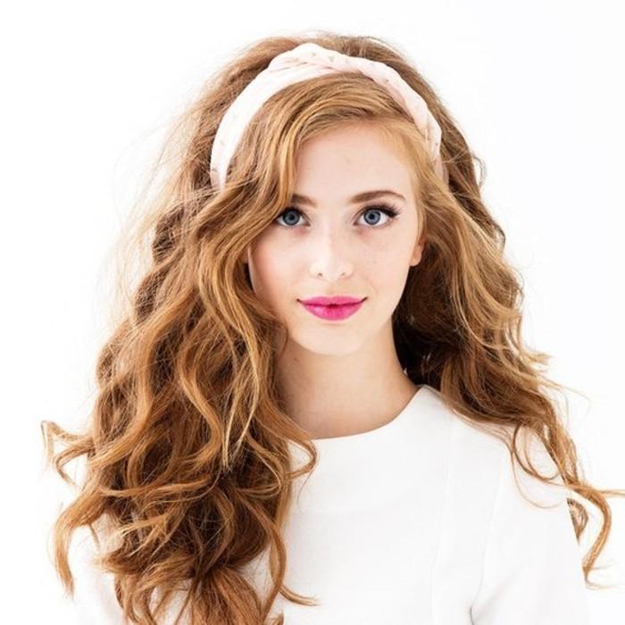 belle-coiffure-cheveux-boucles-et-abondants-friser-ses-cheveux-au-fer
