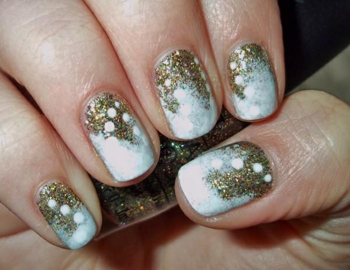 belle-idee-nail-art-hiver-ongles-pour-noel-neige-et-dore-effet