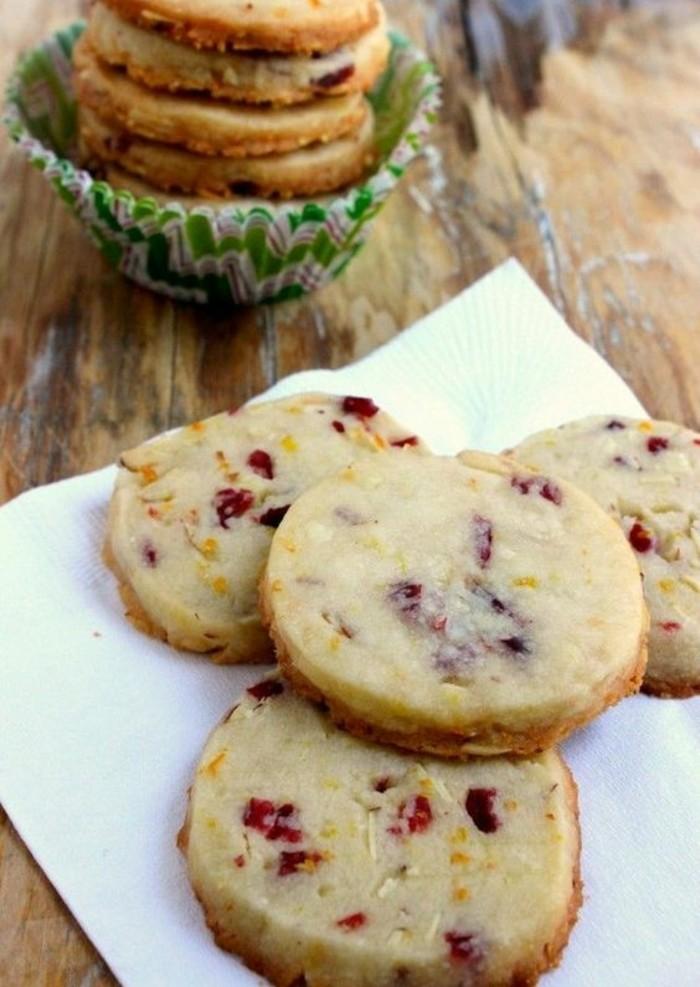 biscuits-aux-canneberges-delicieux-avec-ecorce-dorange-confite
