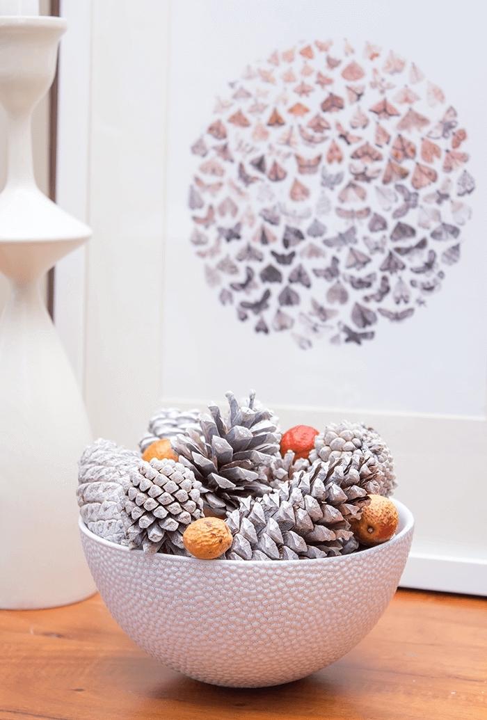 decoration pomme de pin à réaliser facilement, idée bol rempli de pommes de pin colorées en blanc, objet déco Noël DIY