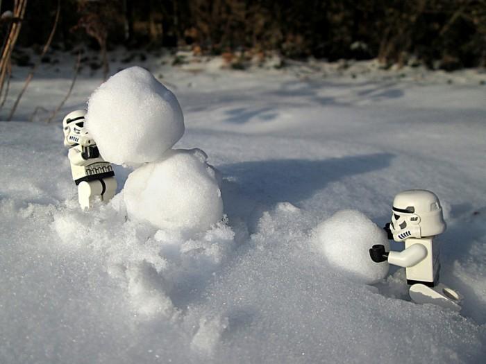 bonhomme-de-neige-a-fabriquer-cool-idee-activite-dehors-cool-stormstrooper-aid