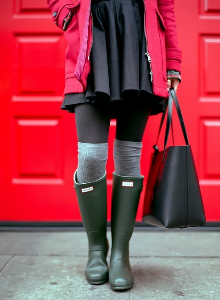 bottes-de-pluie-vertes-veste-rouge-jambieres-grises