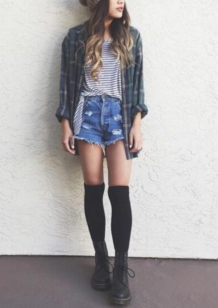 bottines-doc-martens-shorts-en-jean-large-chemise-a-carreaux-chaussettes-montantes-noires