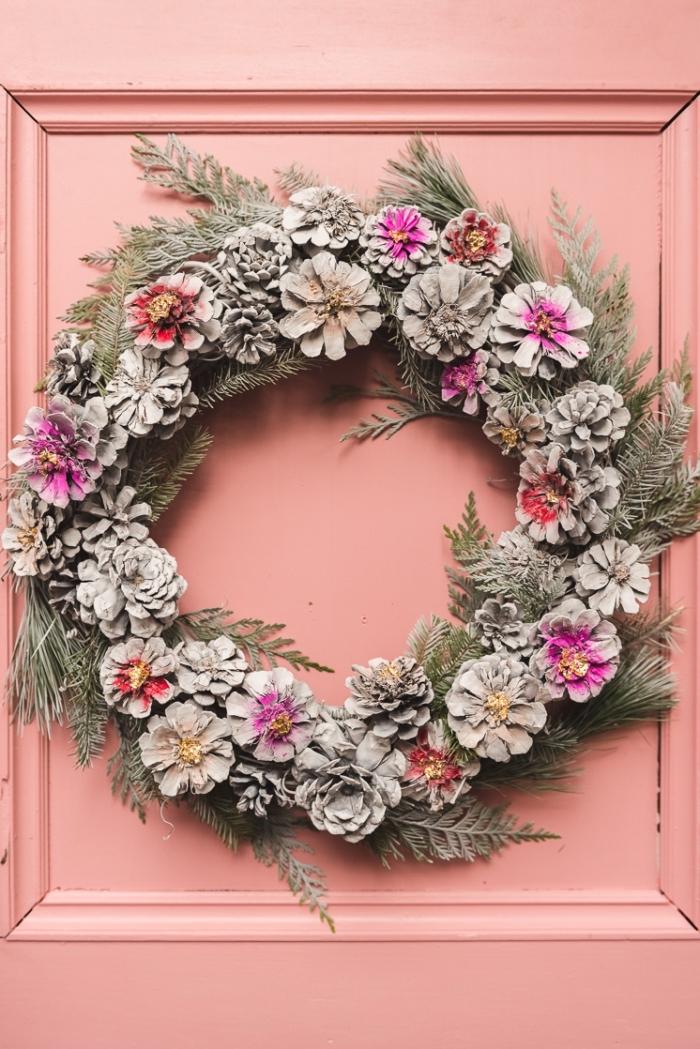 exemple comment décorer une porte d'entrée pour Noël avec objet diy, modèle de couronne de Noël fait main avec pommes de pin