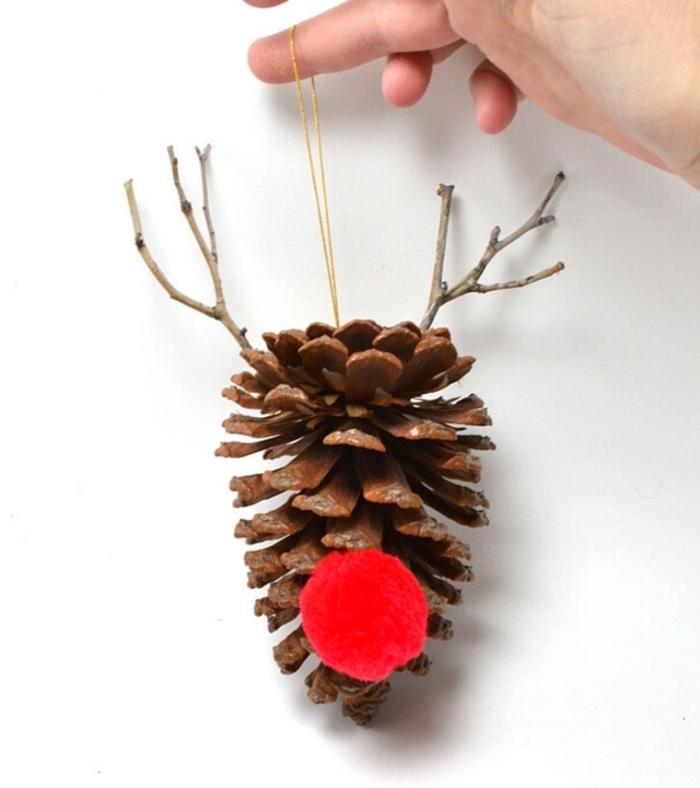 diy création Noël en pomme de pin, idée bricolage pomme de pin maternelle, ornement de sapin en forme de cerf fait main