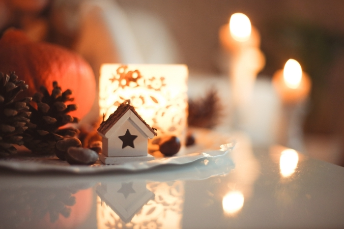idée deco pomme de pin facile, comment décorer sa chambre pour la fête de Noël, ambiance féerique avec bougie et pommes de pin