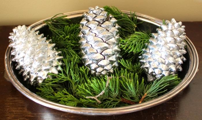 idée pomme de pin deco noel facile, exemple comment décorer une table de Noël avec plateau décoratif en pommes de pin