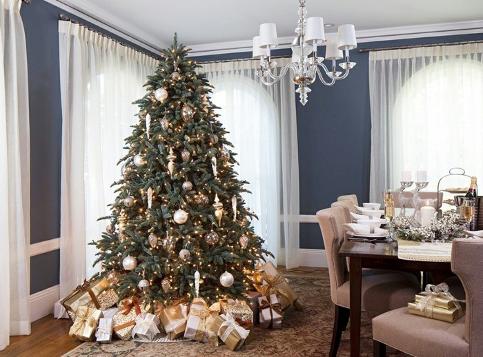 brillant-sapin-de-noel-decore-joliment-salle-a-manger-decoree