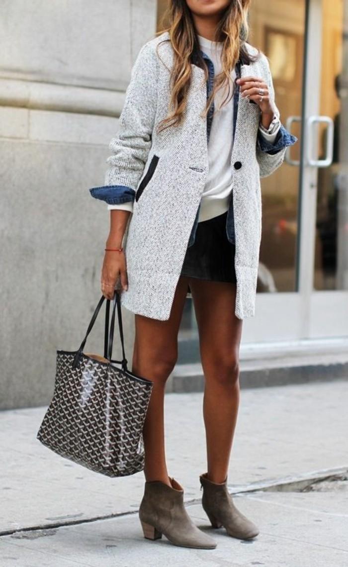 caban-gris-porte-avec-un-t-shirt-et-veste-en-jean