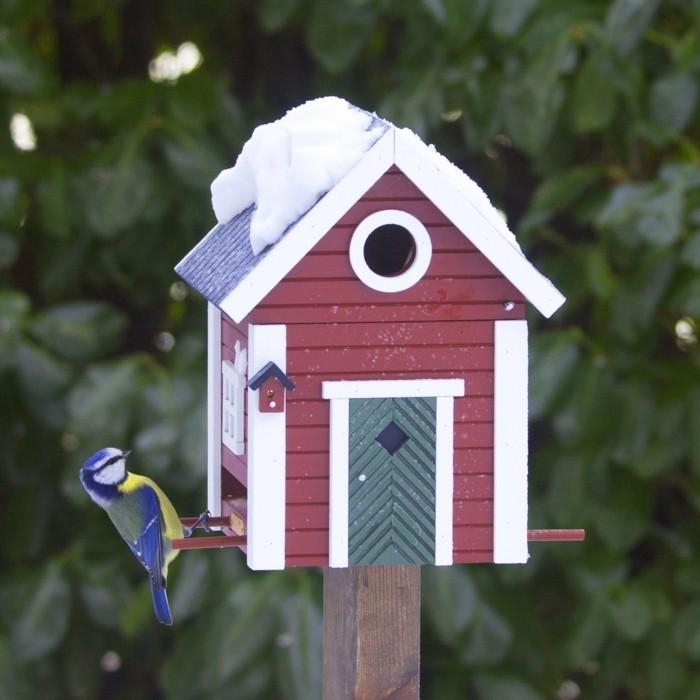 cabane-a-oiseaux-mangeoir-enneige-maison-rouge-porte-verte-fenetre-blanche
