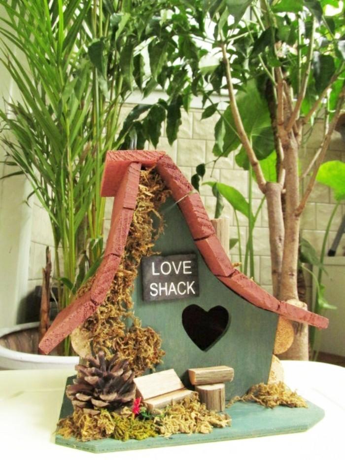 cabane-a-oiseaux-mangeoire-en-bois-creativite-materiaux-naturels