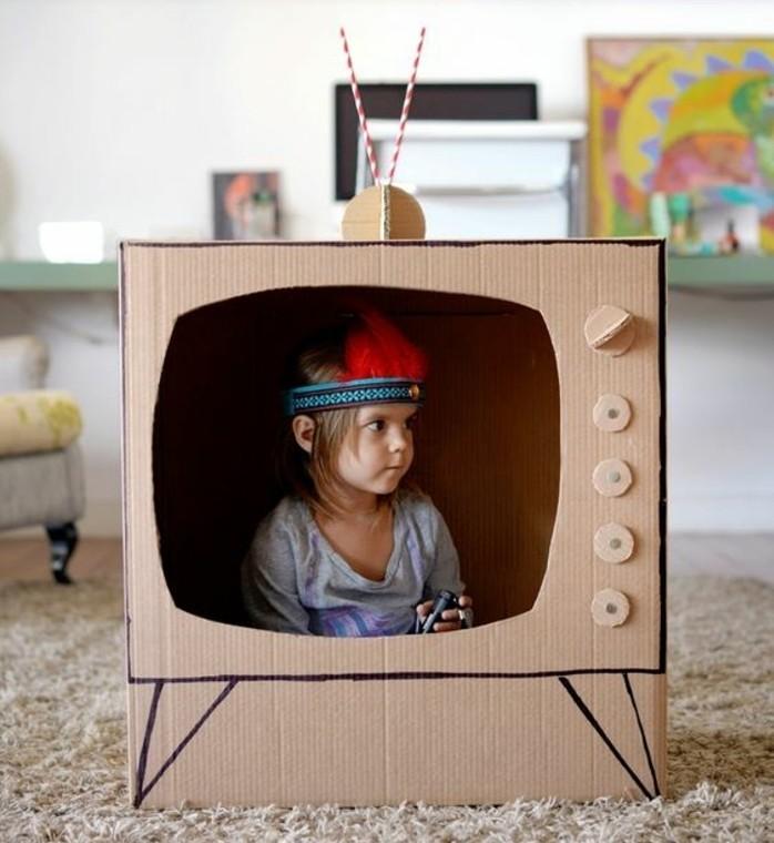 cabane-en-carton-trop-petite-en-forme-d-un-tv-idee-pour-une-maisonnette-enfant-originale