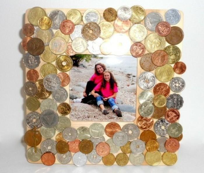 cadre-en-bois-decore-de-differente-pieces-de-monnaie-fabriquer-cadre-photo-soi-meme