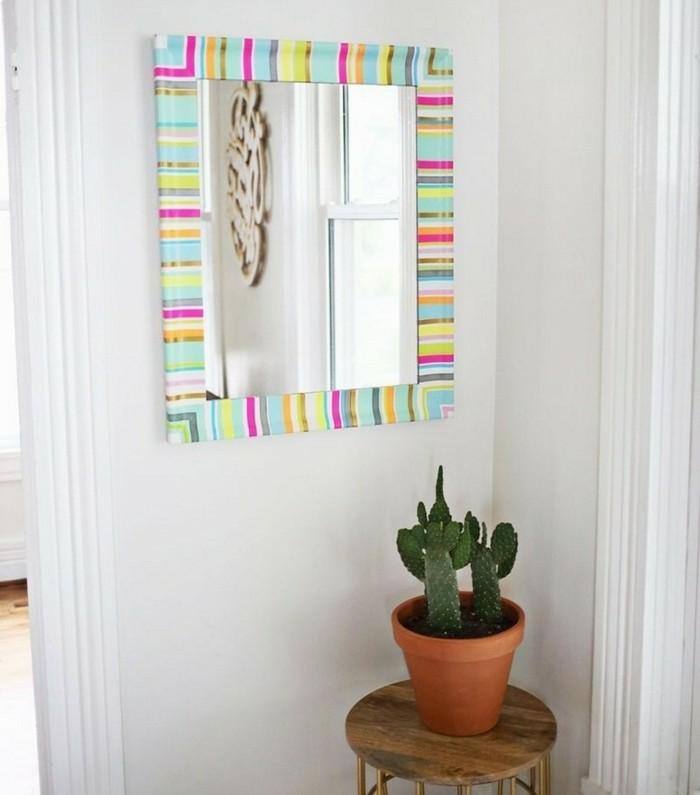 cadre-miroir-decore-de-bandes-multicolores-de-ruban-adhesif-masking-tape-idees-pour-l-interieur
