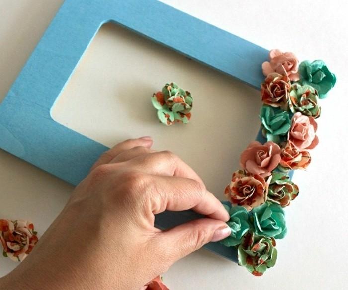 cadre-photo-decore-de-fleurs-en-papeir-a-motifs-liberty-a-coller-sul-le-cadrre-peint-idee-cadre-photo