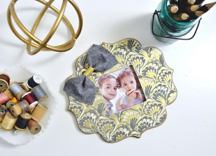 cadre-photo-fait-a-l-aide-de-papier-decoupage-colle-sur-un-cadre-en-bois-idee-comment-fabriquer-un-cadre-photo