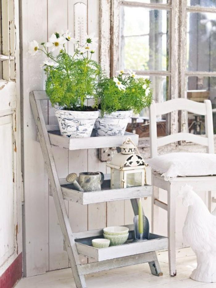 campagne-chic-chaise-ancien-etagere-de-fleurs-coq-decoratif