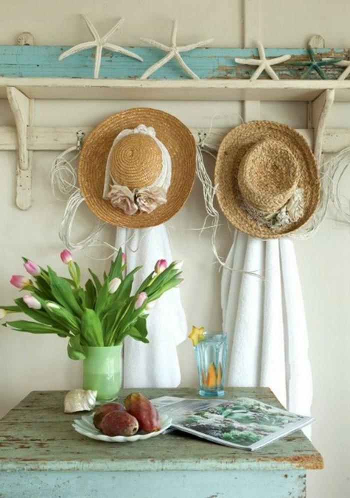 campagne-chic-chapeaux-en-pailles-ruban-blanc-vase-de-tulipes