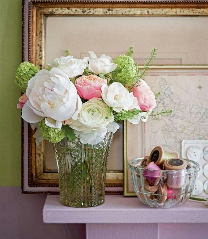 campagne-chic-vase-roses-fleurs-verts-cadres-photos-carte-du-monde