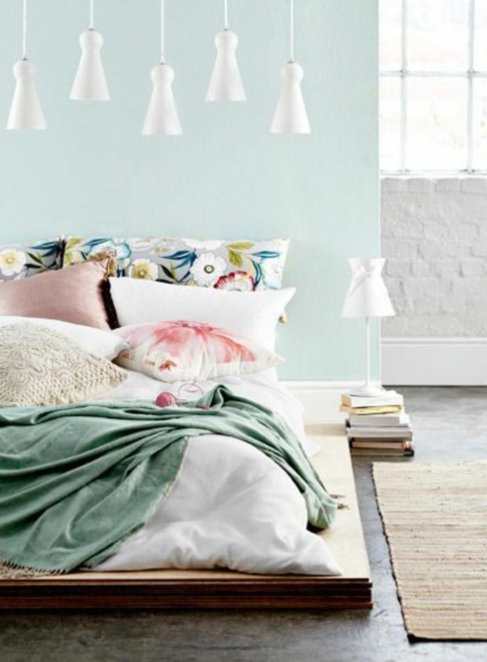 chambre-adulte-complete-mur-en-bleu-clair-coussins-de-lit-colores-tapis-beige
