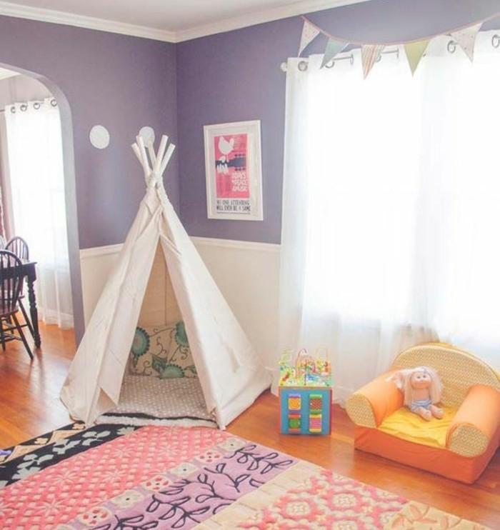 chambre-enfant-fille-tapis-colore-jouets-tente-toile-blanche-coussins-a-motifd-floraux