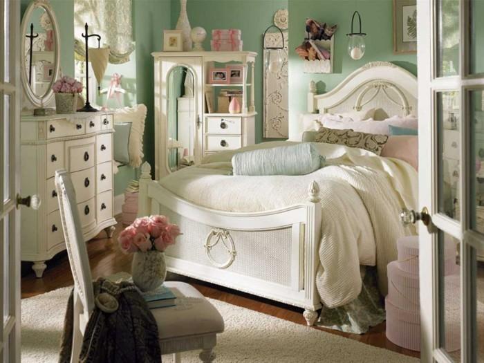 chambre-shabby-chic-armoire-miroir-grand-lit-boites-a-accessoires