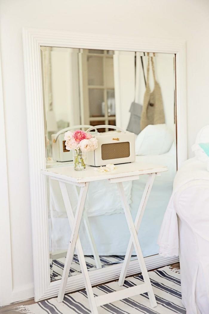 chambre-shabby-chic-grand-miroir-roses-tapis-raye