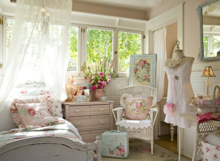 chambre-shabby-chic-mannequin-miroir-cadre-photo-lustre-housses-en-roses