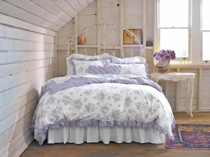 chambre-shabby-chic-mansarde-tapis-ethnique-murs-en-bois