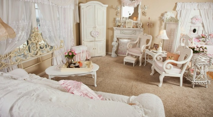 chambre-shabby-chic-miroir-voiles-blancs-chaises-cheminee-decorative
