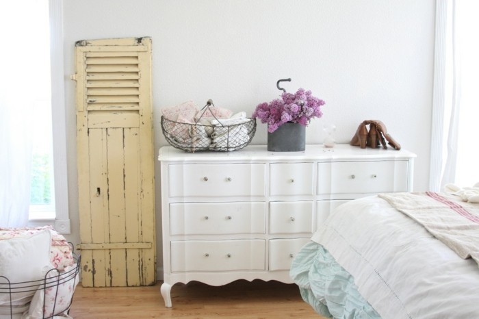 chambre-shabby-chic-parquet-en-bois-mur-blanc-porte-ancien