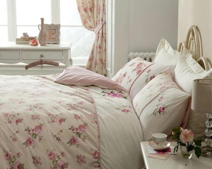 chambre-shabby-chic-tasse-de-cafe-lampe-de-chevet-livres-rideaux-et-couvertures-en-roses