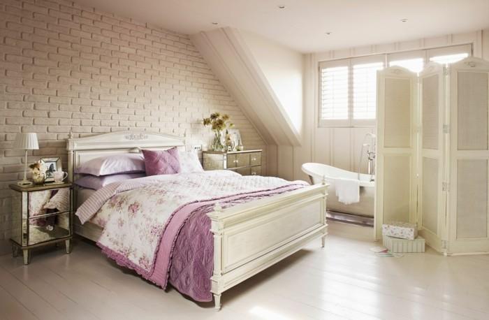 chambre-shabby-chic-vestiaire-baignoire-en-porcelaine-couverture-en-violet
