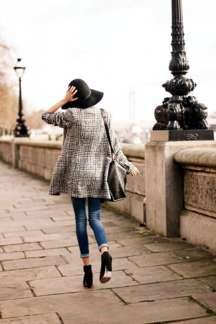 chapeau-a-longs-bords-slim-bottines-et-manteau-cintre-femme