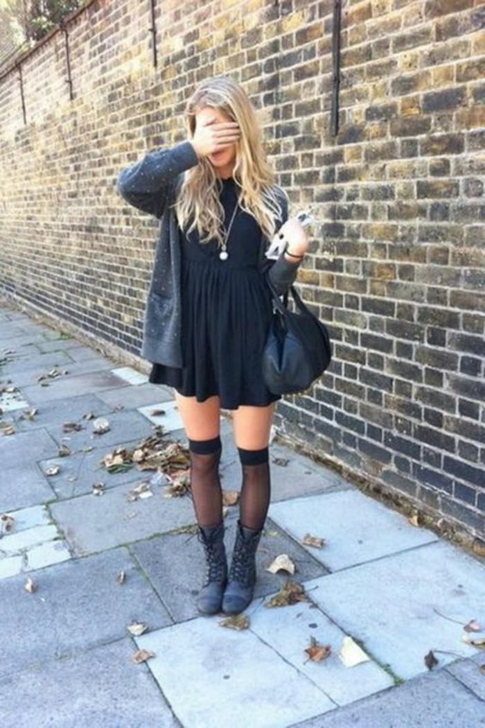 chaussettes-hautes-femme-modele-transparent-bottes-robe-noire