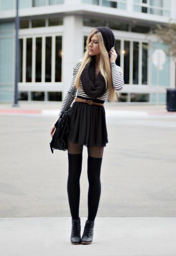 chaussettes-hautes-noires-jupe-courte-top-raye