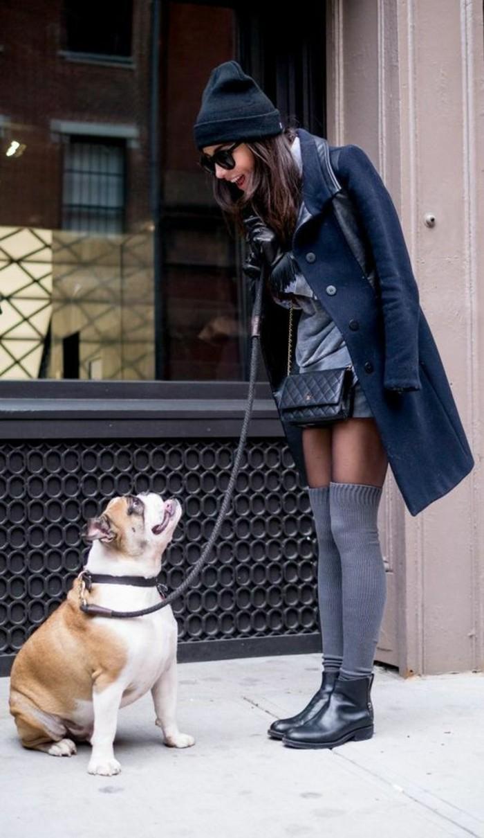 chaussettes-montantes-grises-bottines-en-cuir-noires-manteau-et-robe