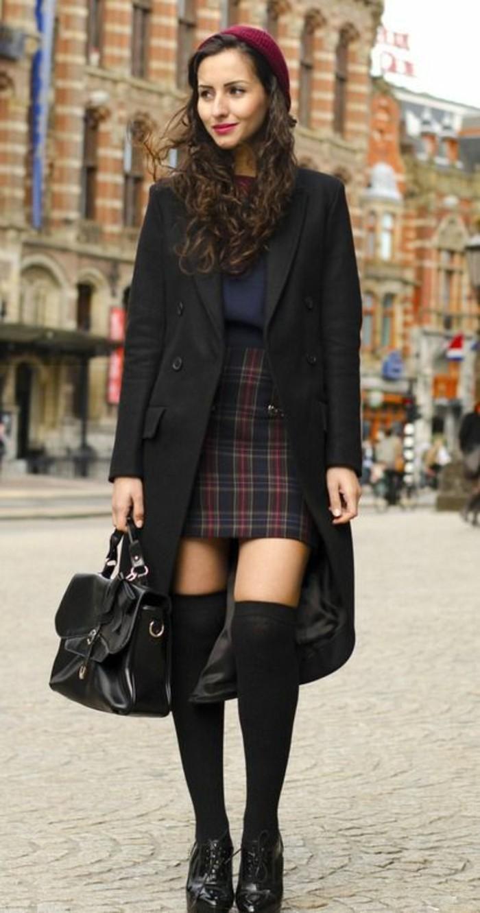 chaussettes-montantes-noire-manteau-long-jupe-ecossaise-a-carreaux