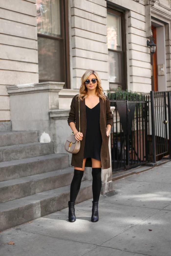 chaussettes-montantes-robe-noire-et-bottines-en-cuir